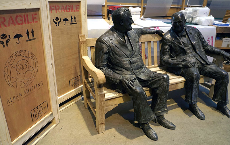 Bronze sculpture Roosevelt and Churchill sitting on a bench